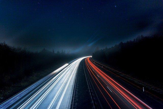 dálnice v noci